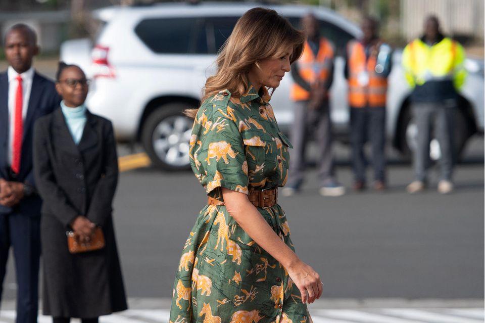 Die Zeit in Afrika hinterlässt ihre Spuren: Auf ihrem Weg nach Kairo trägt Melania Trump ein Kleid mit Tigerprint. Ein hellbrauner Gürtel und passende Manolo Blahniks runden den Look ab.