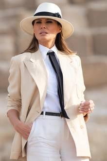 Auch der helle Hut mit schwarzem Hutband ist genau auf den Rest des zweifarbigen Looks abgestimmt. Mit ihrer Reisegarderobe erregte die Frau von Donald Trump viel Aufsehen - ob beabsichtigt, oder nicht.