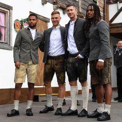 Traditionell besucht die gesamte Mannschaft vomFC Bayern München jedes Oktoberfest gemeinsam, Spielerfrauen inklusive. In diesem Jahr wählen sie das letzte Wiesn-Wochenende für ihren Besuch. Serge Gnabry, Joshua Kimmich, Robert Lewandowski und Renato Sanches machen in Tracht eine ziemlich gute Figur.