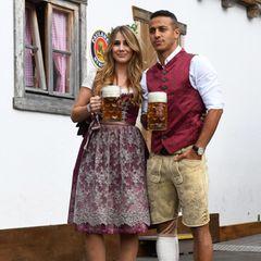 Auch Mittelfeldspieler Thiago Alcantara und seine Julia versuchen den Wiesn-Pärchenlook, es gelingen Ihnen aber nicht ganz so gut wie den Neuers. Dennoch macht das Paar eine tolle Figur in schöner Tracht.
