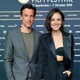 Gemeinsam mit Schauspiel-Kollege Florian David Fitz posiert Janina auf dem Red Carpet des Filmfestivals in Zürich. Ihr von der klassischen Männermode inspirierterSmoking-Look wird besonders durch ihr Bustier-Oberteil zum sexy Blickfang.