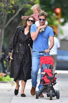 Es handelt sich um Hollywood-Hottie Bradley Cooper und seine langjährige Partnerin Irina Shayk. Sieverzaubern gemeinsam mit Töchterchen Lea de Seine regelmäßig die Fotografen.