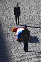 5. Oktober 2018  Frankreichs Präsident EmmanuelMacron erweist demChansonnier Charles Aznavourdie letzte Ehre. Einer der bekanntesten Stimmen Frankreischs stirbt im Alter von 94 Jahren.Unter den Trauergästen sind unter anderem die ehemaligen französischen Staatspräsidenten Francois Hollande und Nicolas Sarkozy, der von seiner Frau, der Musikerin Carla Bruni begleitet wird.