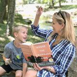 Mit dem Herbstbeginnt auch die gemütliche Lesezeit. Reese Witherspoon und Söhnchen Tennessee James machen es sich im Sonnenschein gemütlich und lesen ein Buch.