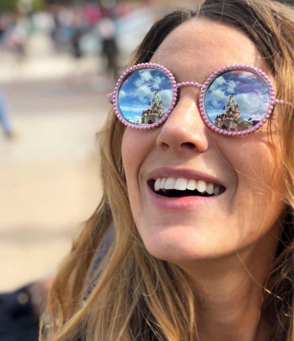 Was für eine Aussicht: Schauspielerin Blake Lively zeigt sich im Disneyland mit einer märchenhaften, runden Sonnenbrille von Chanel. Die runden Spiegel-Gläser sind komplett mit rosafarbenen Perlenen umrandet. Wir können uns nicht entscheiden, ob wir Blakes Aussicht oder ihre Brille schöner finden.