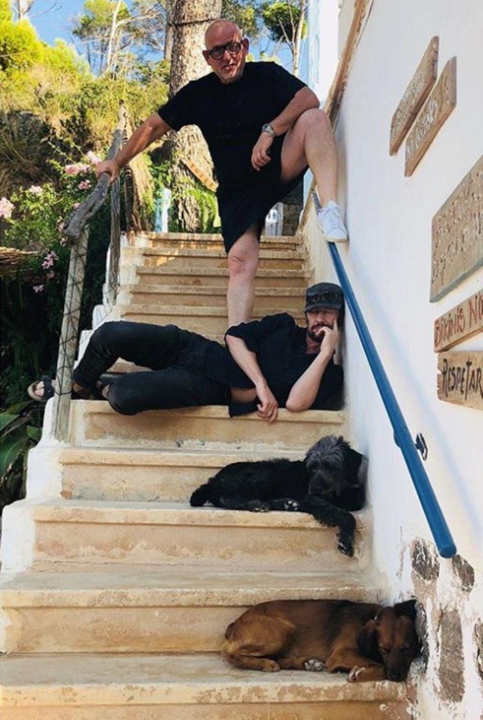 """7. Oktober 2018   """"Fabien Baron (Art Director) und drei schlafende Streuner"""", postet Thomas Hayo zu dem lustigen Foto."""