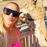 Wenn man einem so schönen Tier, wie dieser Giraffe schon mal so nah kommt, muss auch gleich Schnappschuss für die Instagram-Fans festgehalten werden, denkt sichKhloé Kardashian.