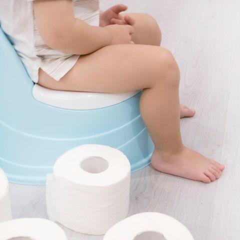 Empörung im Flugzeug: Mutter lässt Kind auf Toilette gehen - mitten im Gang