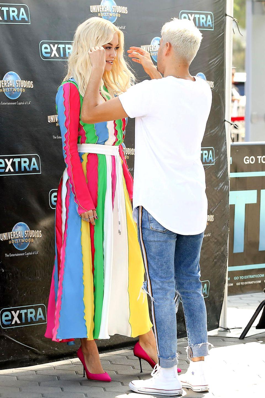 Rita Ora sieht super aus, das dürften so einige Fans unterschreiben. Doch, dass es nicht nur die guten Gene sind, beweist der fleißige, auf jedes noch so kleine Detail achtendeAssistent.