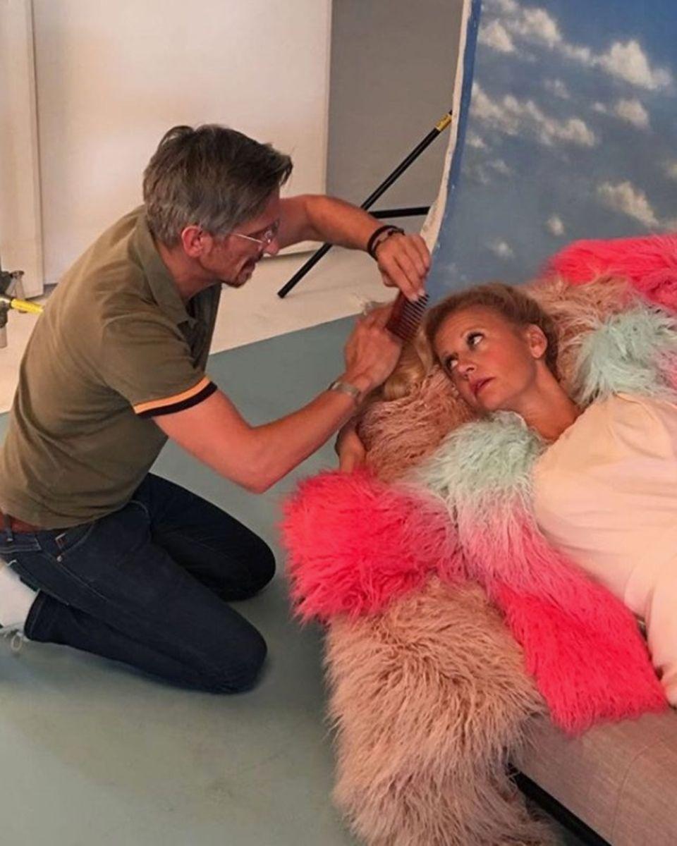 Zu einem ganz besonderen Shooting gehört ein ganz besonderer Assistent. Barbara Schöneberger fühlt sich bestens aufgehoben und legt sich umso mehr für die neue Ausgabe der Barbara ins Zeug.