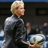 Ganz in Schwarzzeigt sich Fürstin Charléne bei einem Rugby-Spiel im französischenMontpellier. Die Monegassin kommt im derben Look und kombiniert Overknees, Jeans und Shirt zu einer Lederjacke in Blazer-Optik.