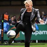 Der sportliche Look hat einen besonderen Grund, denn Fürstin Charléne kickt den Rugbyball höchstpersönlich auf dem Spielfeld in die Lüfte. Für diesen Körpereinsatz feiern sie die Rugby-Fans!