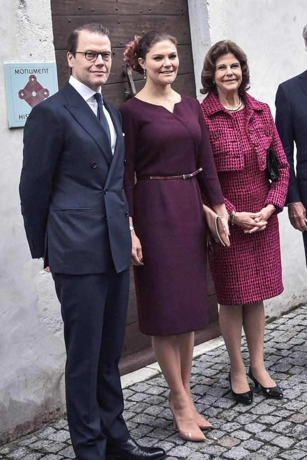 """Im Etuikleid """"Montana Vin"""" des schwedischen Labels Camilla Thulin macht Prinzessin Victoria bei ihrem Besuch in Südfrankreich ohne Frage eine gute Figur. Umgerechnet kostet das Modell rund 335 Euro.Durch den schmalen Taillengürtel rundet die schöne Thronfolgerin den Look gekonnt ab."""