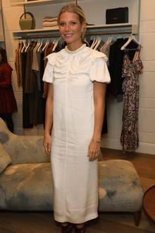 Anderthalb Wochen nach ihrer Hochzeit zeigt sich Gwyneth Paltrow in einem weißen Kleid, das durch leichte Puffärmelchen undeinem dezentenPerlenkragen eine ganz spezielle Note erhält. Ob ihre Brautrobe ähnlich extravagante Details hatte?