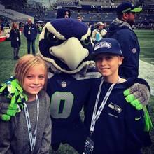 7. Oktober 2018  Samuel und Alexander freuen sich riesig über das Foto mit dem Maskottchen der Footballmannschaft Seattle Seahawks.