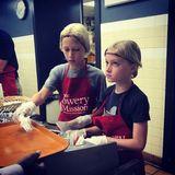 21. August 2018   Sasha und Kai nehmen ihre Arbeit ernst: Die Söhne von Naomi Watts und Liev Schreiber helfen mit Obdachlosemit Nahrung zu versorgen.