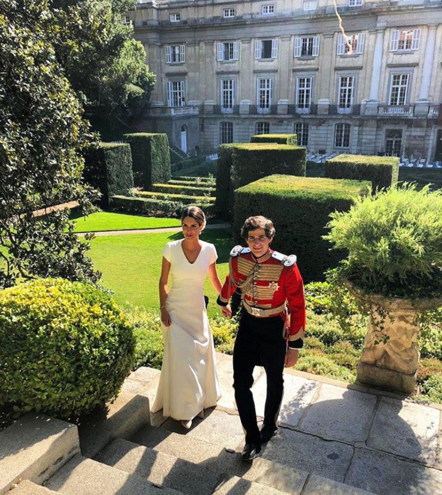 Zur späteren Feierei wird auch der lange Schleier vom Kleid entfernt, damit die schöne Brautbesser tanzen kann. Das zeigt dieses Foto und ein Video vom Hochzeitstanzauf Instagram.