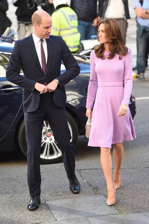 """Endlich! Prinz William und Herzogin Catherine sind gemeinsam zurück. Am 9. Oktober 2018 besuchen sie nach der Geburt von Baby Nummer 3 zusammen das """"Global Ministerial Mental Health Summit"""" in London und sind modemäßig perfekt aufeinander abgestimmt. Er im dunkelblauen Anzug mit weißem Hemd und dunkelroter Krawatte, sie im fliederfarbenen Kleid von Designerin Emilia Wickstead."""