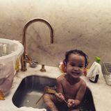 8. Oktober 2018  Diesen zuckersüßen Schnappschuss teilt Chrissy Teigen mit ihren Instagram-Fans. Heute ist Waschtag bei der Familie Teigen-Legend. Miles und Luna planschen vergnügt nicht in der Badewanne, sondern in einem Waschbecken und einem Eimerchen.