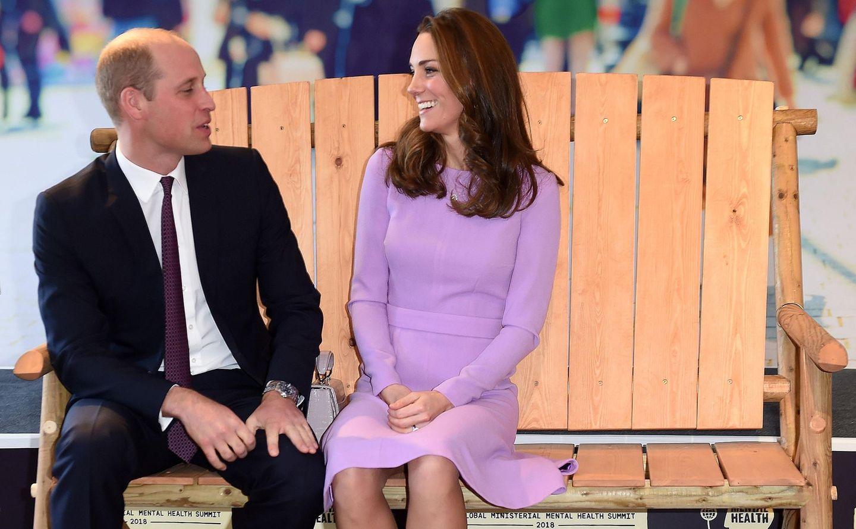 """9. Oktober 2018  Prinz William und Herzogin Catherine machen es sich auf der """"Bank der Freundschaft"""" bequem. Das royale Traumpaar gehört zur illustren Gästeliste des""""Global Mental Health Summit"""" in London."""