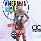 Taylor Swift - die Abräumerin des Abends - schillert so sehr wie keine Zweite. Dafür sorgt ihr Pailletten-Ensemble von Balmain.