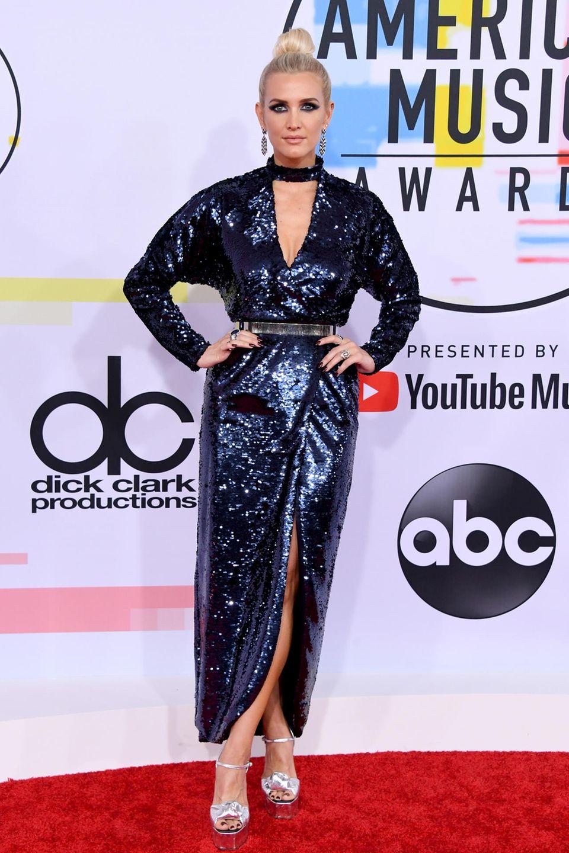 Ashlee Simpson setzt auf den Gothic-Glamour. Komplett scheint sie ihren Look allerdings nicht überdacht zu haben. Die Plateau-Heels wollen nicht ganz so gut zu dem Rest passen.