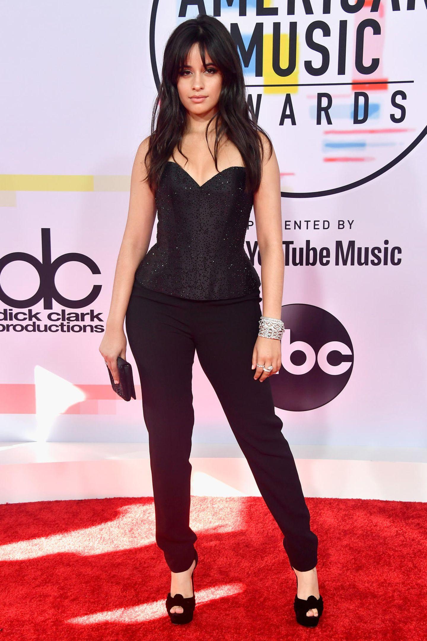 Schlicht hält es Camila Cabello. Sie präsentiert sich bei den American Music Awards in einer Kombination aus Corsage und Hose. Lediglich die Glitzersteinchen auf dem Oberteil bringen den Red-Carpet-Touch.