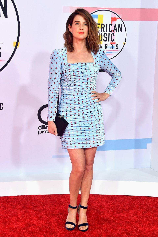 Frischen Wind bringt Cobie Smulders mit auf den roten Teppich. Zwischen all den Roben fällt ihr hellblaues Minikleid besonders auf. Total niedlich daran: Es ist komplett mit kleinen Herzen verziert und besteht aus Samt.