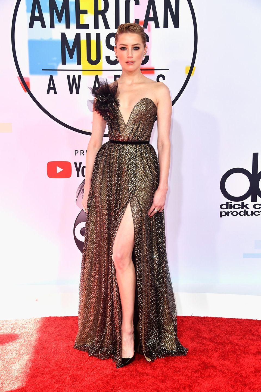 Amber Heard greift zu einem Metallic-Dress von Ralph & Russo und legt darin einen glanzvollen Auftritt hin.