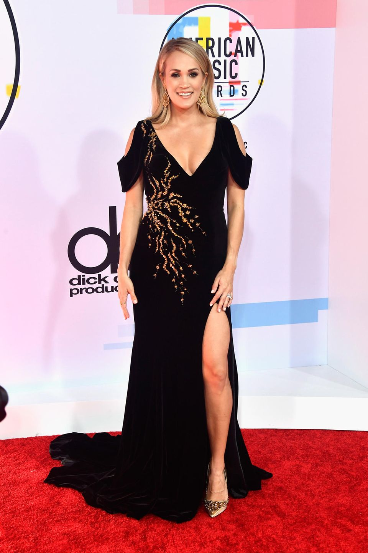Der Metallic-Verlauf auf dem Kleid von Carrie Underwood ist ein wahrer Hingucker auf dem dunklen Untergrund.