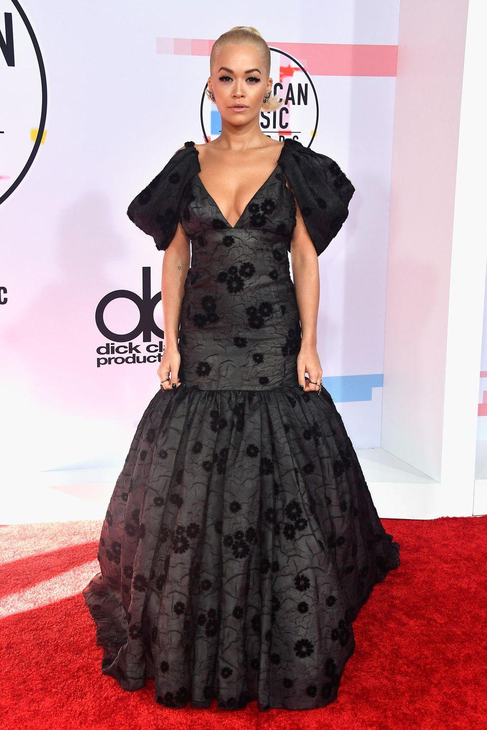 Rita Ora wirkt in ihrer Robe von Giambattista Valli ganz herrschaftlich.