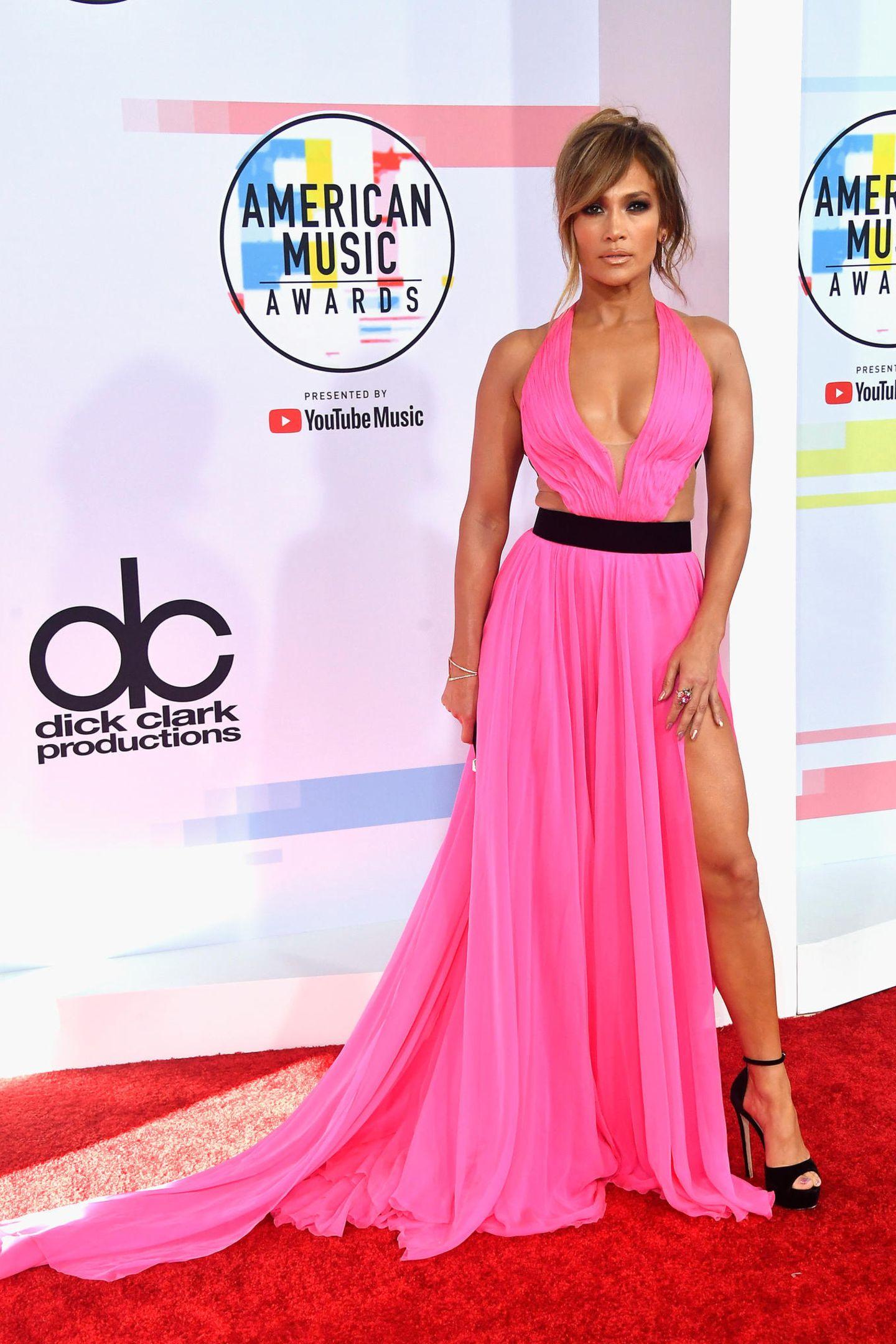 Hot Pink, hoher Beinschlitz, Hingucker-Dekolleté - Jennifer Lopez Kleidvon Georges Chakra könnte nicht heißer sein.
