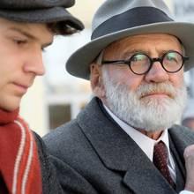 """Filmszene aus """"Der Trafikant"""":Franz (Simon Morzé)mitSigmund Freud (Bruno Ganz)"""