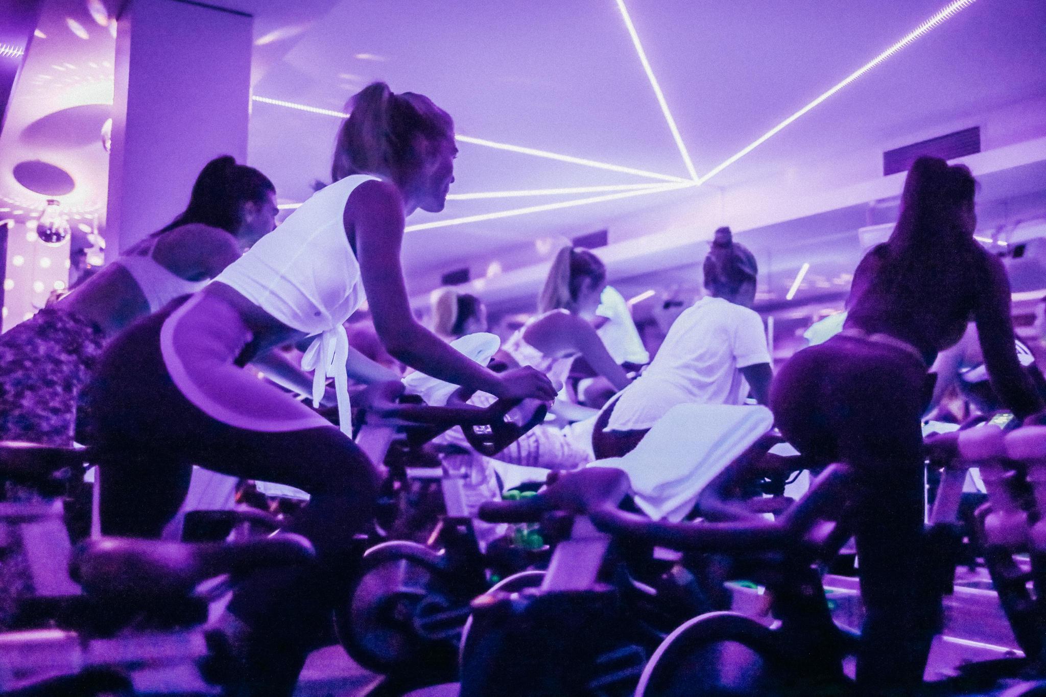 """Volle Fahrt voraus! Im Hamburger Studio """"Hicycle"""" wird im Neonlicht zu Party-Musik gestrampelt"""