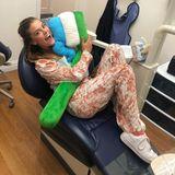 10. Oktober 2018  Angst vorm Zahnarzt? Nina Agdal nimmt es locker und albert mit einer großen Stoff-Zahnbürste herum.