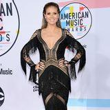 Hi Country-Girl! In einem aufregenden Fransen-Kleid präsentiert sich Heidi Klum supersexy auf dem roten Teppich der American Music Awards 2018. Die gehäkelte Robe mit vielen Cut-outs und glitzernden Elementen lässt tief blicken und betont Heidis Wahnsinsskörper!