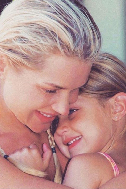 Bella Hadid  Zum Geburtstag des Supermodels hat Mama Jolanda Hadid Kinderfotos ihrer schönen Tochter geteilt. Eines davon ist dieses nur so vor Liebe strotzendes Bild.