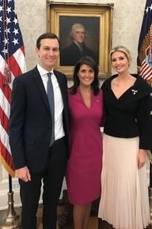 ... so wie hier auf dem Bild mit der US-Amerikanischen Botschafterin Nikki Haley und PolitikberaterJared Kushner. Ein besonderes Highlight ist Ivankas zarte Perlen-Brosche, die auf dem schwarzen Blazer gut zum Vorschein kommt. Wir finden: Ein äußert hübscher Look im Weißen Haus.