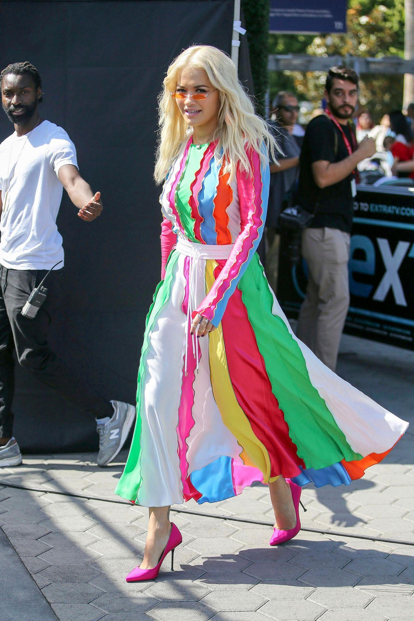 In Los Angeles erwischen Paparazzi Rita Ora in diesem farbenfrohen Gute-Laune-Look auf der Straße. In einem gestreiften Ensemble in bunten Regenbogenfarben des nepalesisch-amerikanischenDesigners Prabal Gurung. Besonderer Hingucker: Der flatterhafte Rock, der sich so schön im Wind bewegt.