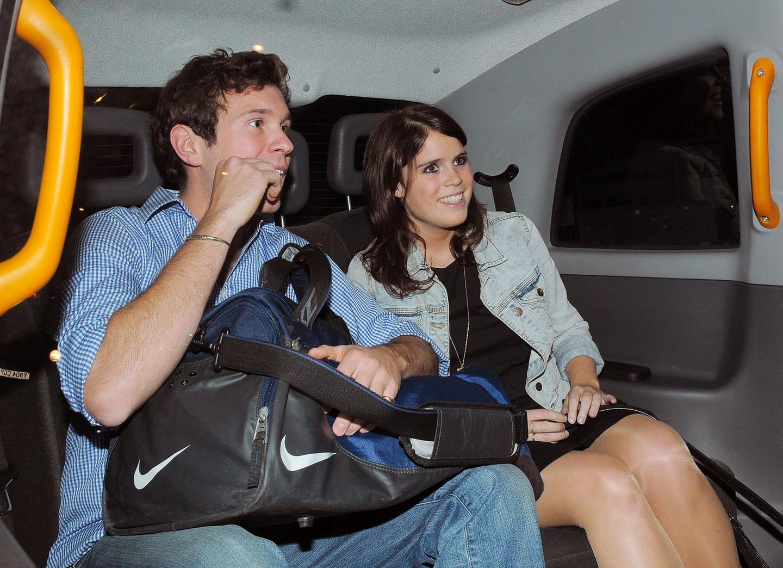 25. Mai 2011  2010 lernen sich Prinzessin Eugenie und Jack Brooksbank im Schweizer Ski-Ort Verbier kennen. Ihre Beziehung halten Eugenie und Jack nicht geheim und werden, wie hier im Taxi, nur selten gesichtet.