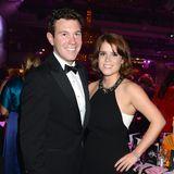 21. September 2013  Prinzessin Eugenie und Jack Brooksbank bei dem Boodles Boxing Ball in London. Im Oktober 2013 zog die damals 23-Jährige nach New York, um für ein Online-Auktionshaus zu arbeiten. Mit Jack führte sie ab dem Zeitpunkt eine Fernbeziehung.