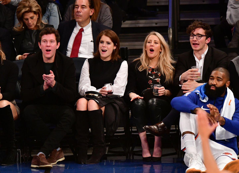 """27. Oktober 2017  Gemeinsam in New York: Hier verbrachte Eugenie zwei Jahre. Zusammen kommen sie noch einmal zurück an den Big Apple und besuchen ein """"Basketball""""-Spiel derBrooklyn Nets gegen dieNew York Knicks im Madison Square Garden. Mit dabei sind ihre Freunde Ellie Goulding und Caspar Jopling."""