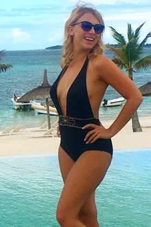 """Auch Iris selbst zeigt sich begeistert von ihrem paradiesischen Urlaubsspot und schreibt auf Instagram: """"Ich habe noch nie ein so türkisblaues Meer gesehen wie heute. Verliebt!"""" Diese traumhafte Location tauscht man doch gerne gegen den oft grauen Alltag ein."""
