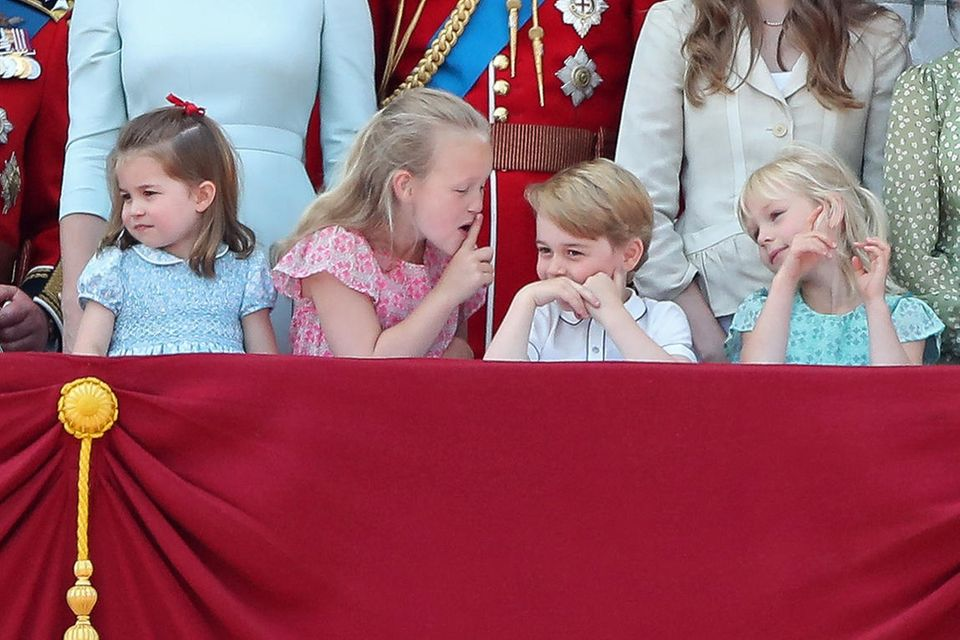 """Bei der """"Trooping the Colour""""-Parade wies Savannah Phillips, Prinz George zu recht. Neben ihnen stehen links Prinzessin Charlotte und Isla Phillips."""