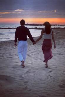 24. September 2018  Romantischer kann es kaum sein. Rebecca Mir undMassimo Sinató laufen dem Sonnengang am Strand entgegen.