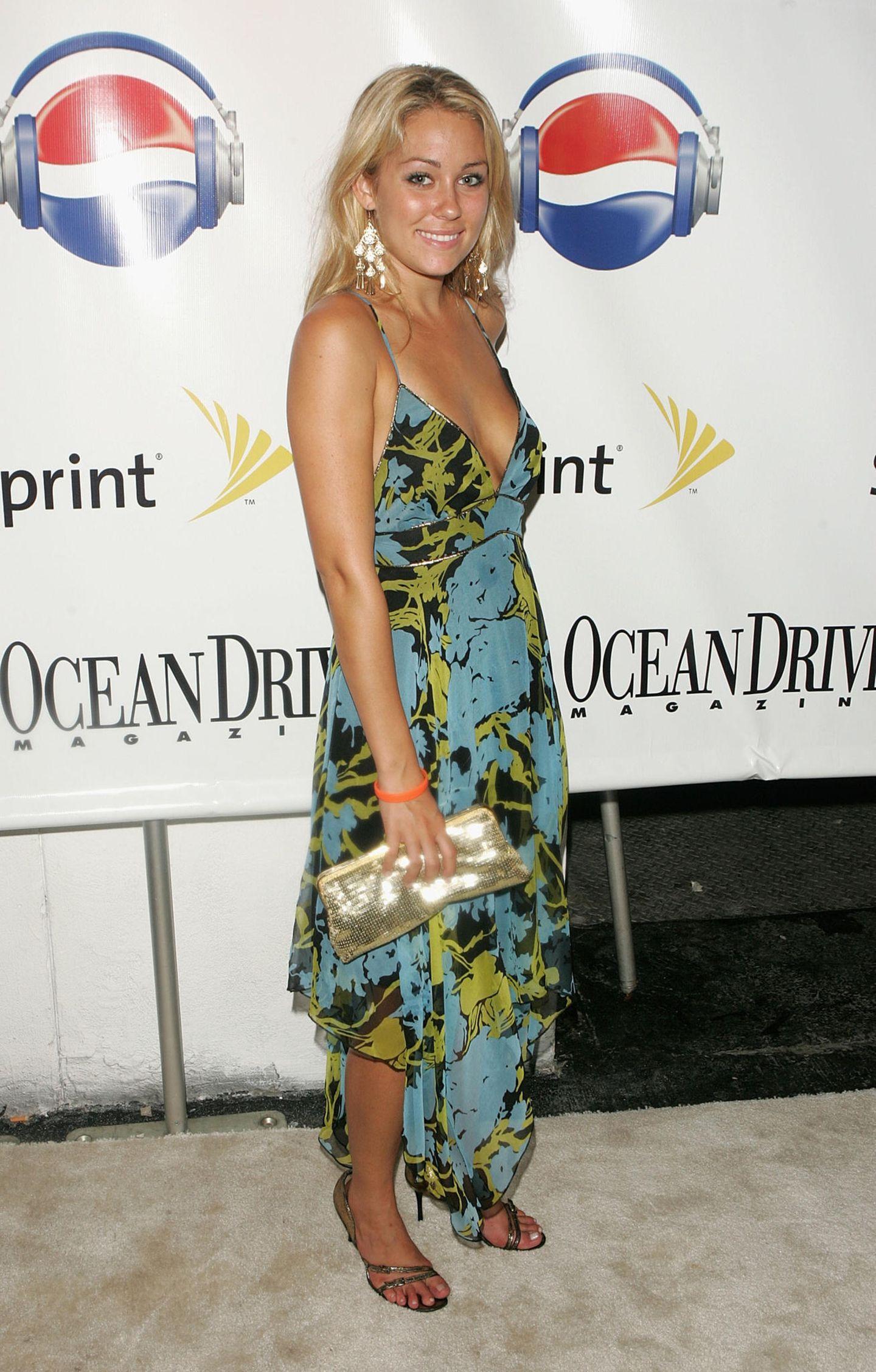 Bei den Video Music Awards 2005 in Miami erscheint Lauren Conrad zur After-Show-Party in einem floralen Beach-Kleid, auffälligen Ohrringen und einer paillettenbesetzten Clutch. Zwischen diesem und dem nächsten Bild liegen 13 Jahre ...