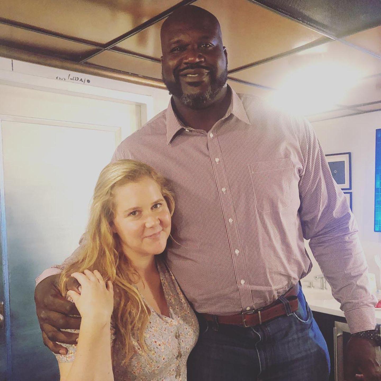 Ganze 46cm Größenunterschied trennen die Schauspielerin Amy Schumer (170cm) und den BasketballspielerShaquille O'Neal. Allein die Hände des US-Amerikaners erscheinen neben der deutlich kleineren Amy riesig.