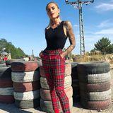 Sophia Thomalla macht vor, wie man Karo-Hosen richtig stylt. Sie wählt dazu ein schlichtes Top und farblich passende Stiefeletten.