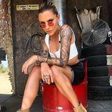 """Western-Booties, Shorts und runde Sonnenbrille - Sophia Thomallas Look ist ganz schön """"Wild Wild West""""."""