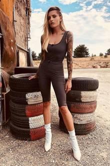 """Selber bezeichnet Sophia Thomalla ihren braunen Einteiler als Strampler, wir würden dazu allerdings """"ziemlich cooler Jumpsuit"""" sagen."""